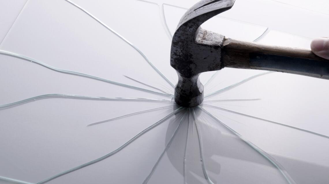 Plexi, poliwęglan i szkło – porównujemy te trzy tworzywa!