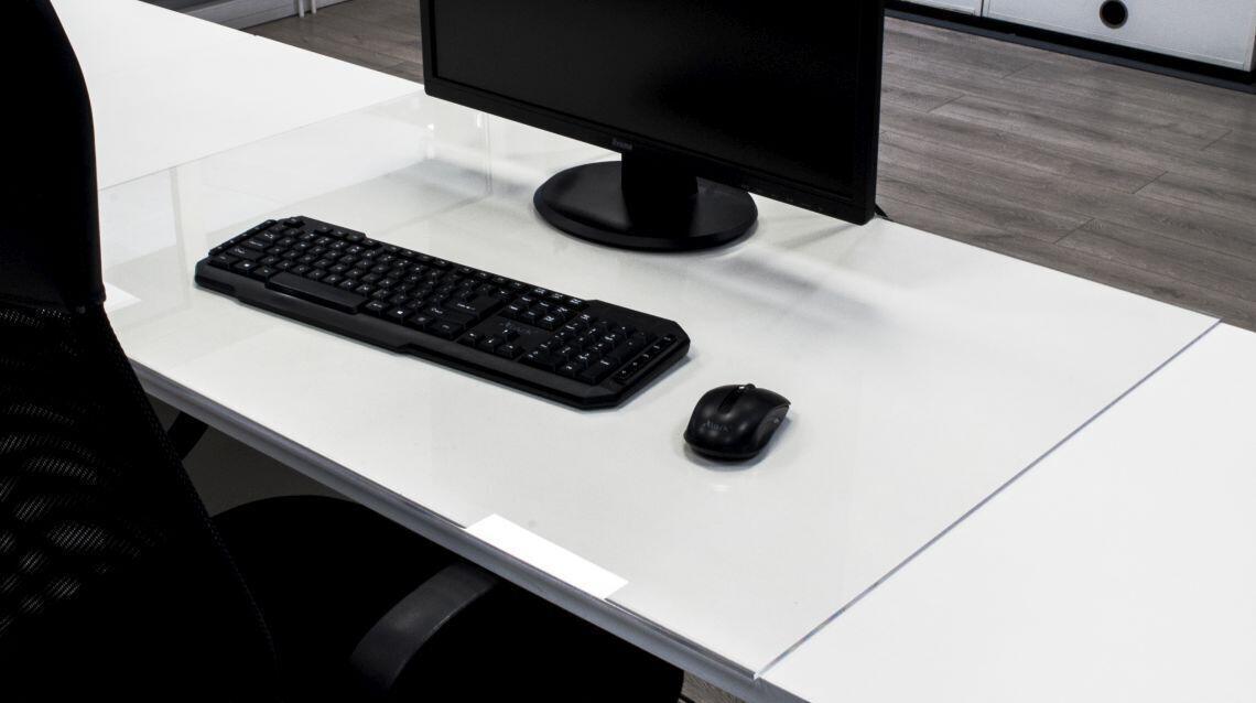 Pleksi na biurko – jak ułatwi Ci codzienną pracę?