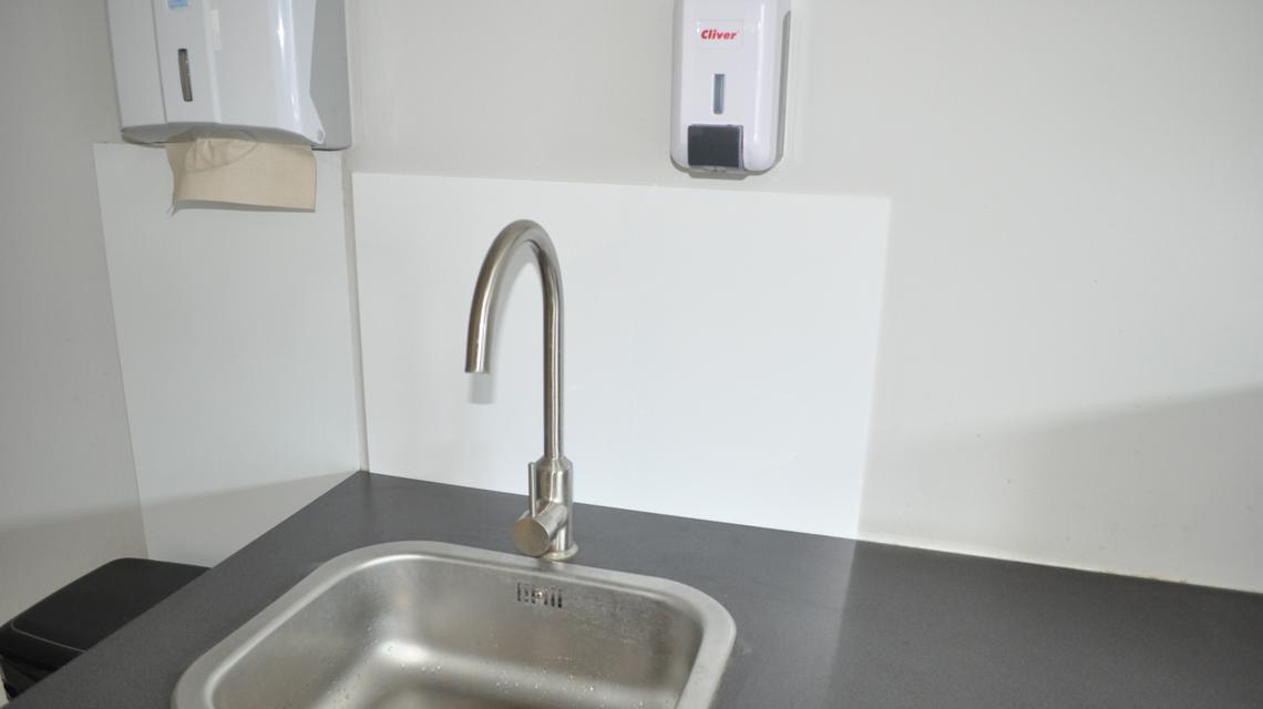 Splashback – panel z plexi do kuchni lub łazienki.
