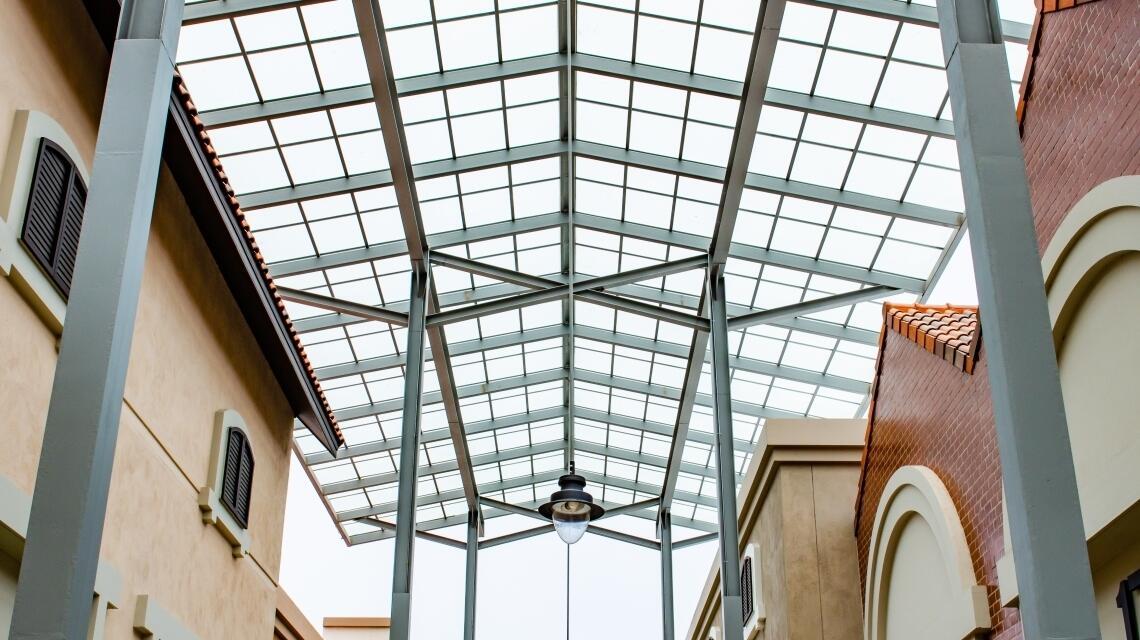 Poliwęglan – właściwości i zastosowanie w budownictwie i architekturze