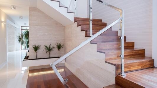 Balustrada z plexi – na schody, na antresolę, jako barierka ochronna