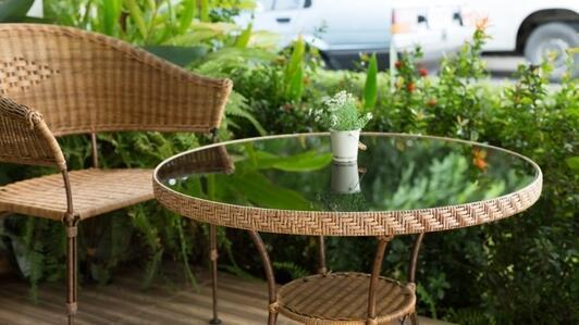 Plexi na zewnątrz – jak można wykorzystać pleksę poza domem, na działce lub w ogrodzie?