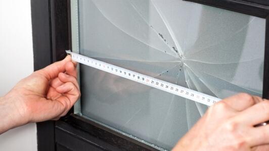 Szyba z pleksi do drzwi – dlaczego powinieneś wymienić zbitą szybę w drzwiach na plexi?